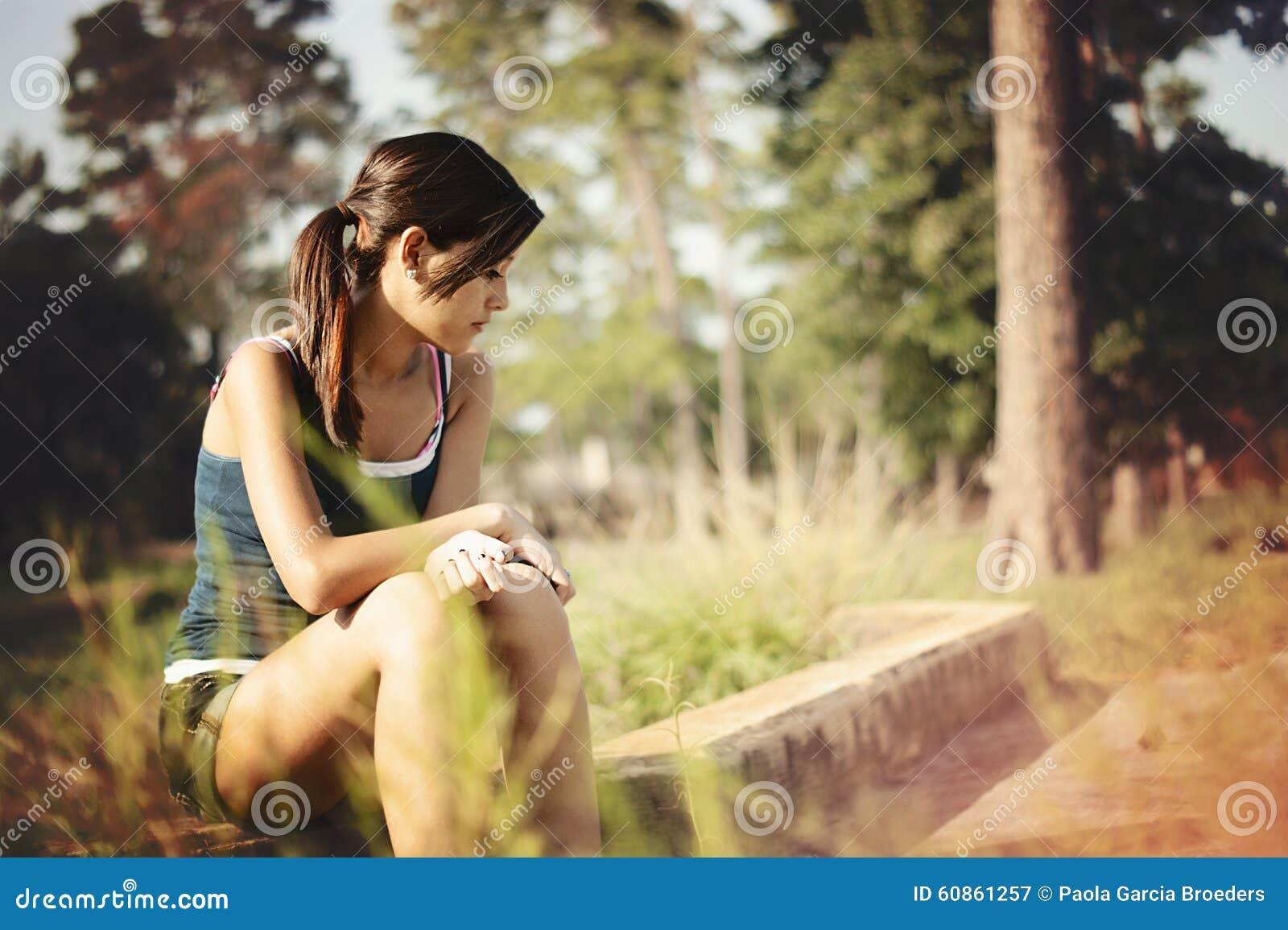 Ensamt tänka för flicka i en parkera