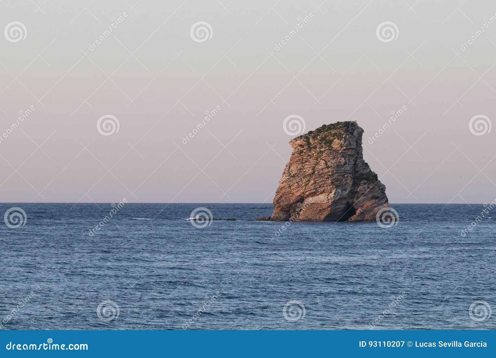 Ensamt vagga ön på solnedgången Hendaye, Frankrike