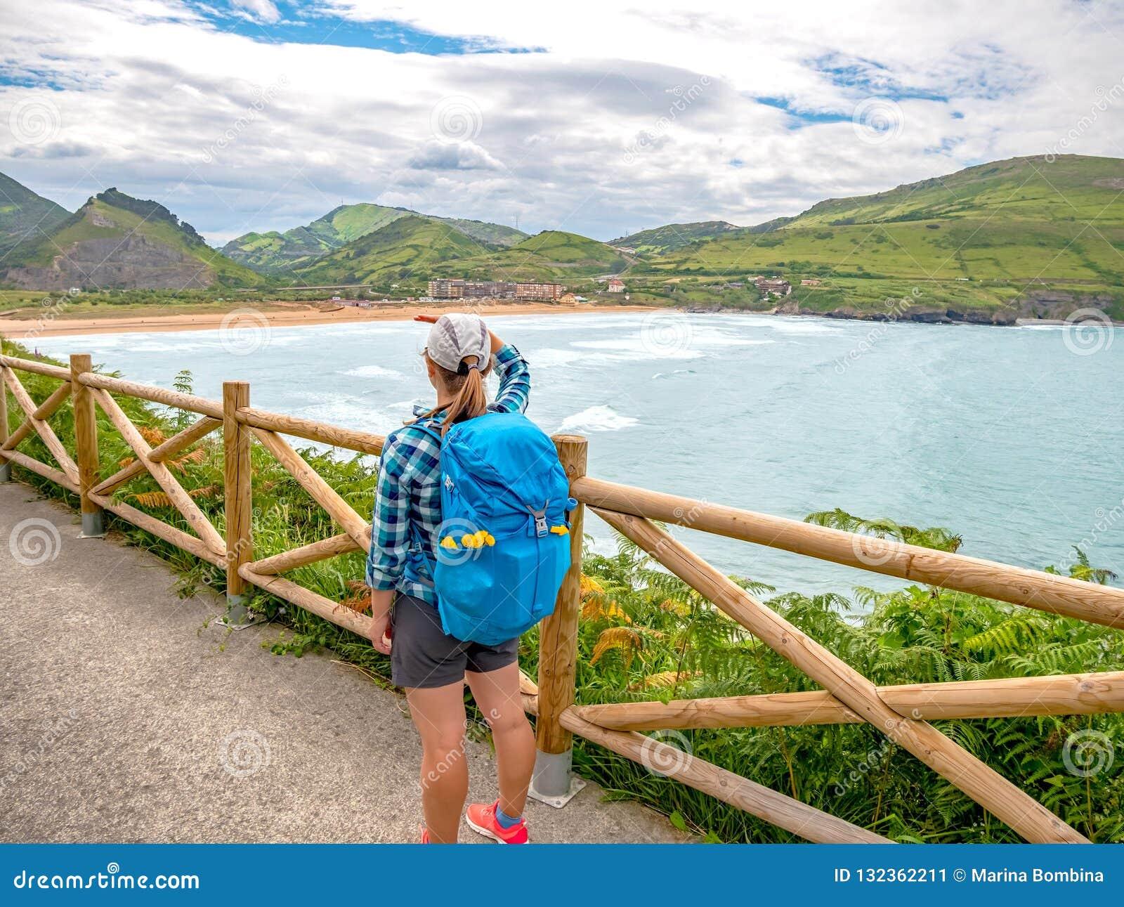 Ensamt vallfärda med ryggsäcken som går Caminoen de Santiago
