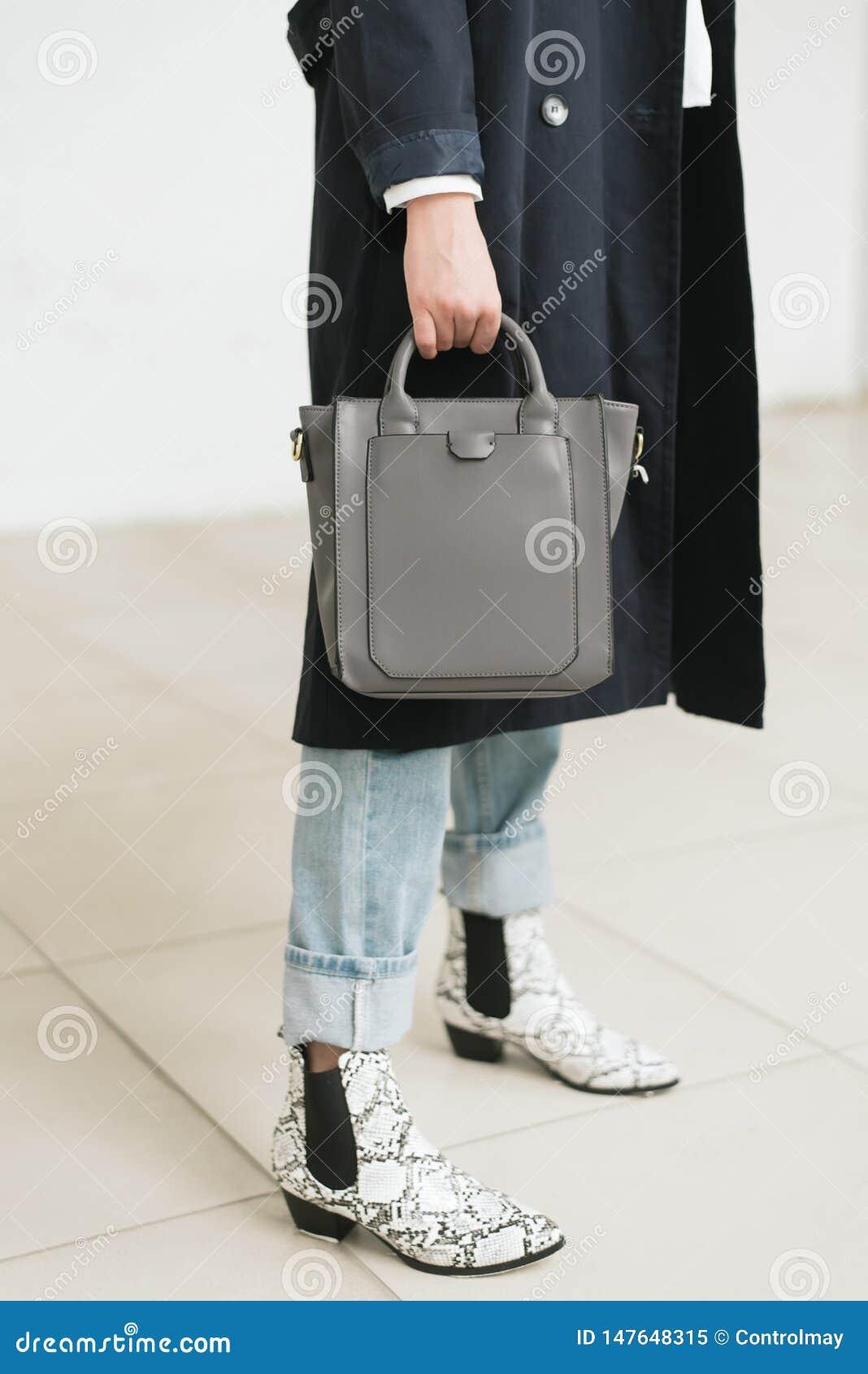 Ensaque à disposição, calças de ganga e capa de chuva azul