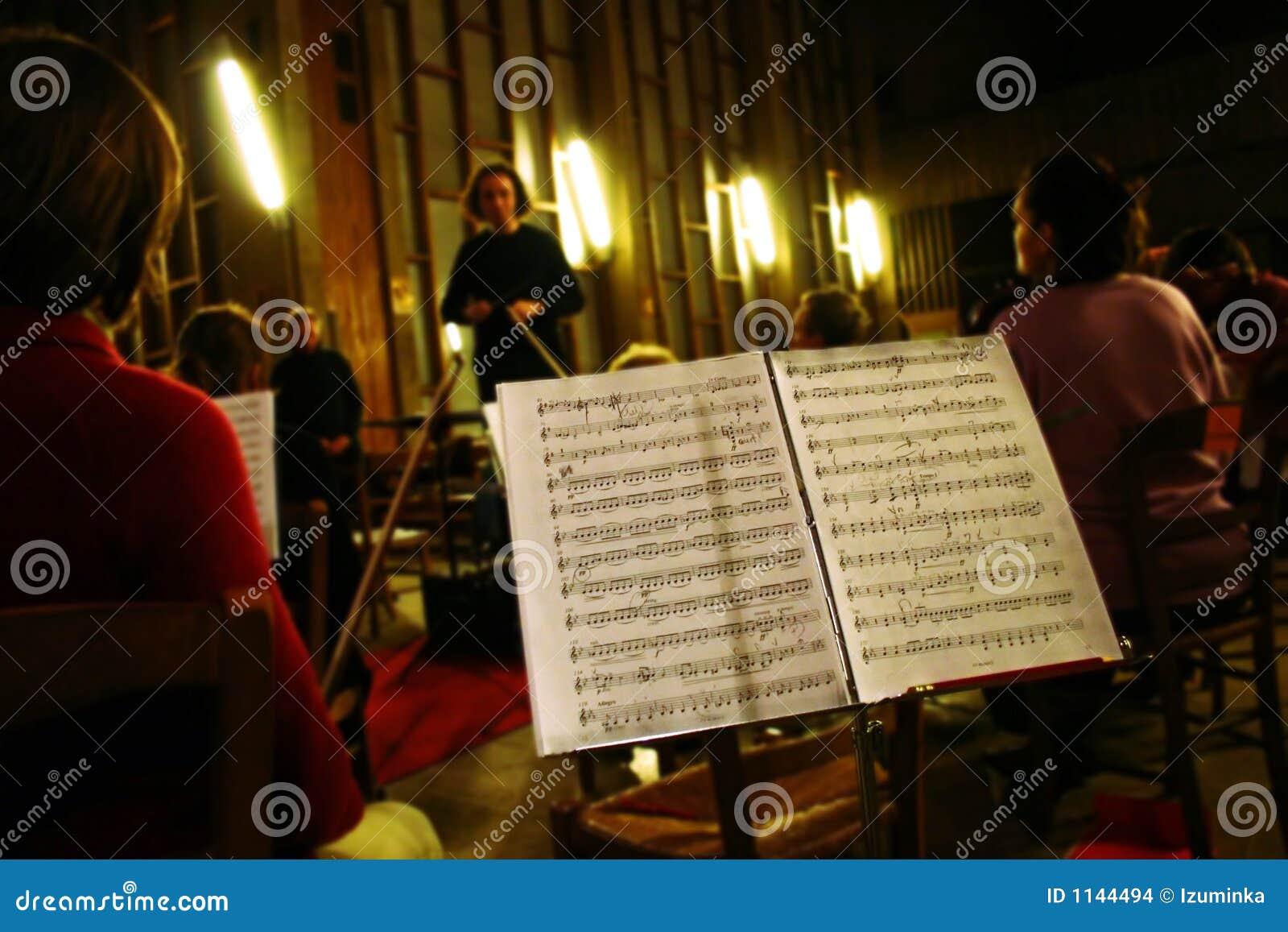 Ensayo de la orquesta de la música clásica