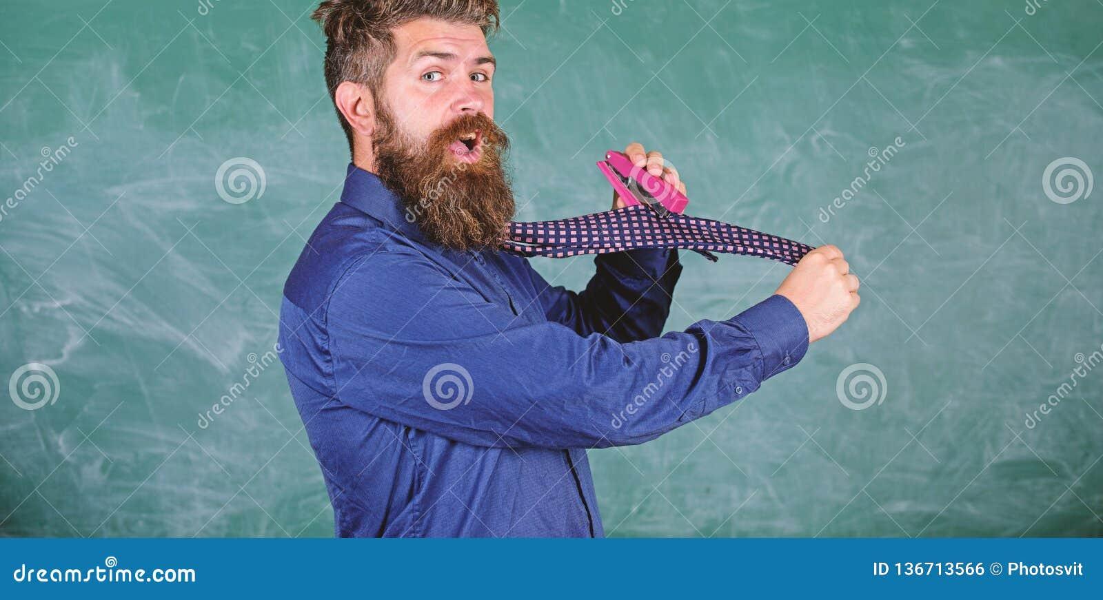 Enseñe el papel Manera peligrosa de la grapadora desaliñada del uso del hombre La corbata del desgaste formal del profesor del in