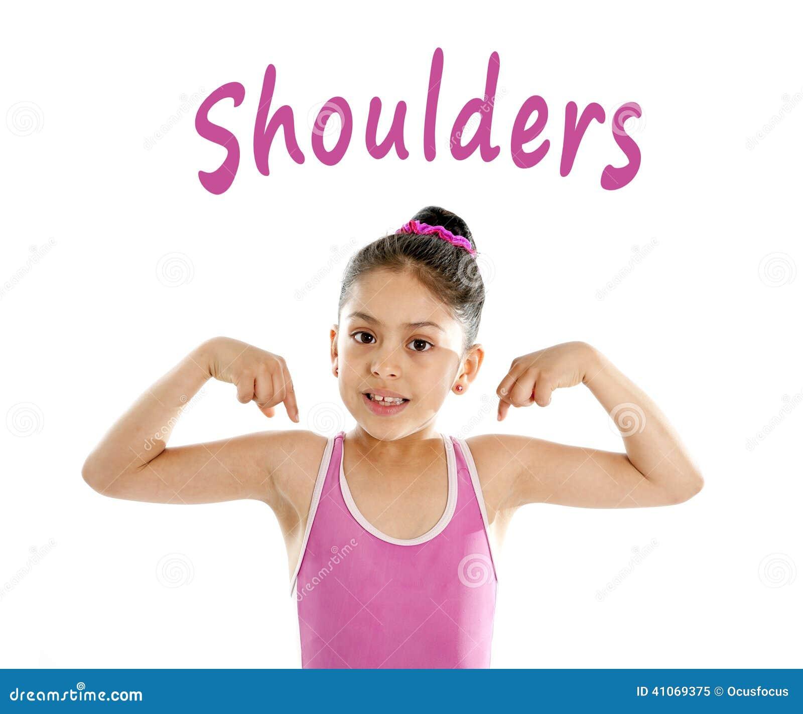 Enseñe la tarjeta de la muchacha que señala en su hombro aislado en el fondo blanco