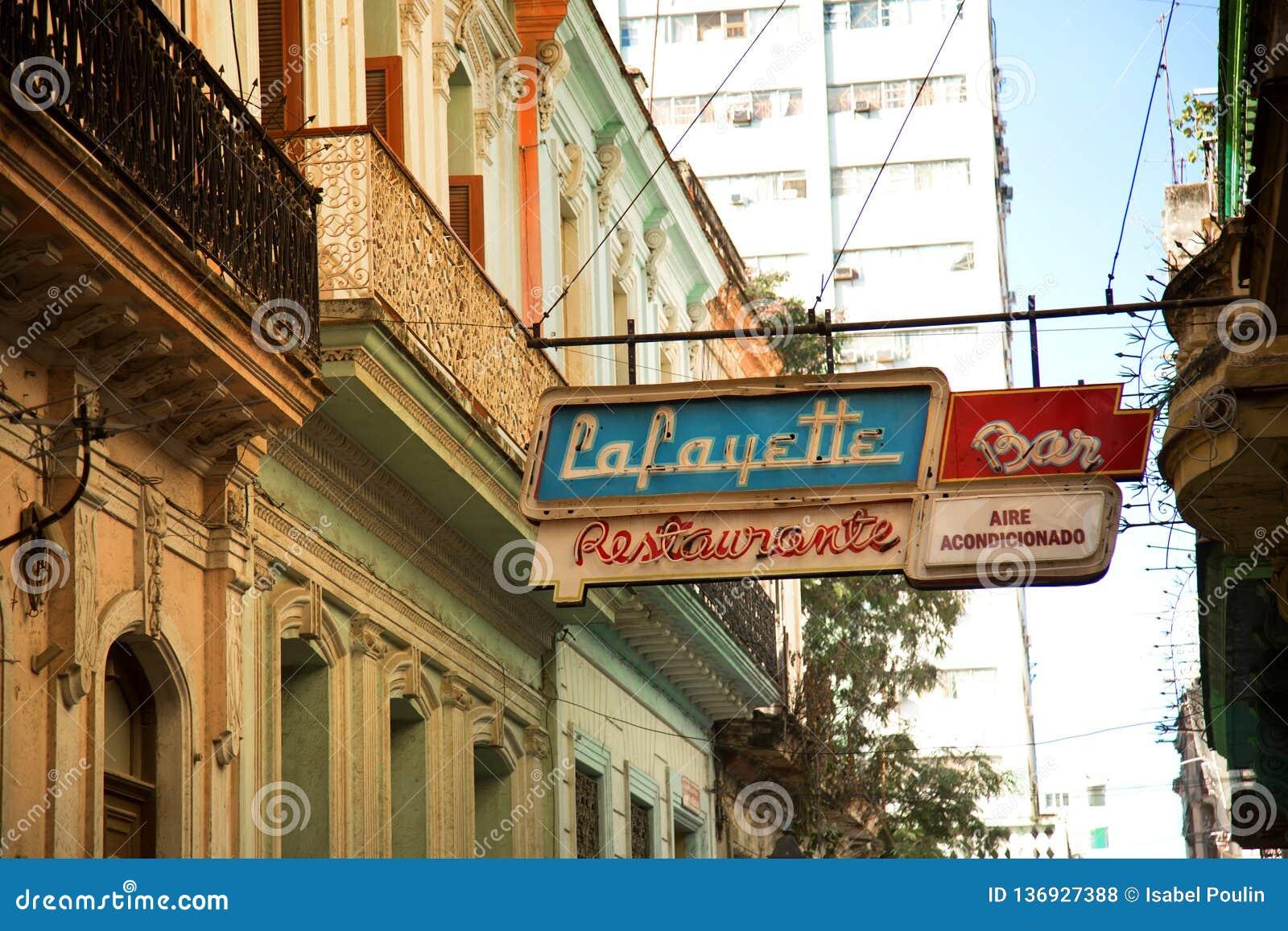 Enseigne au néon dans la rue à la La La Havane au Cuba
