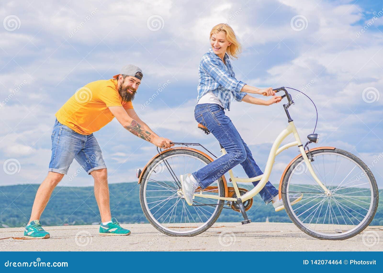 Enseignez l adulte à monter le vélo Les aides d homme gardent l équilibre et montent le vélo Équilibre de découverte La femme mon