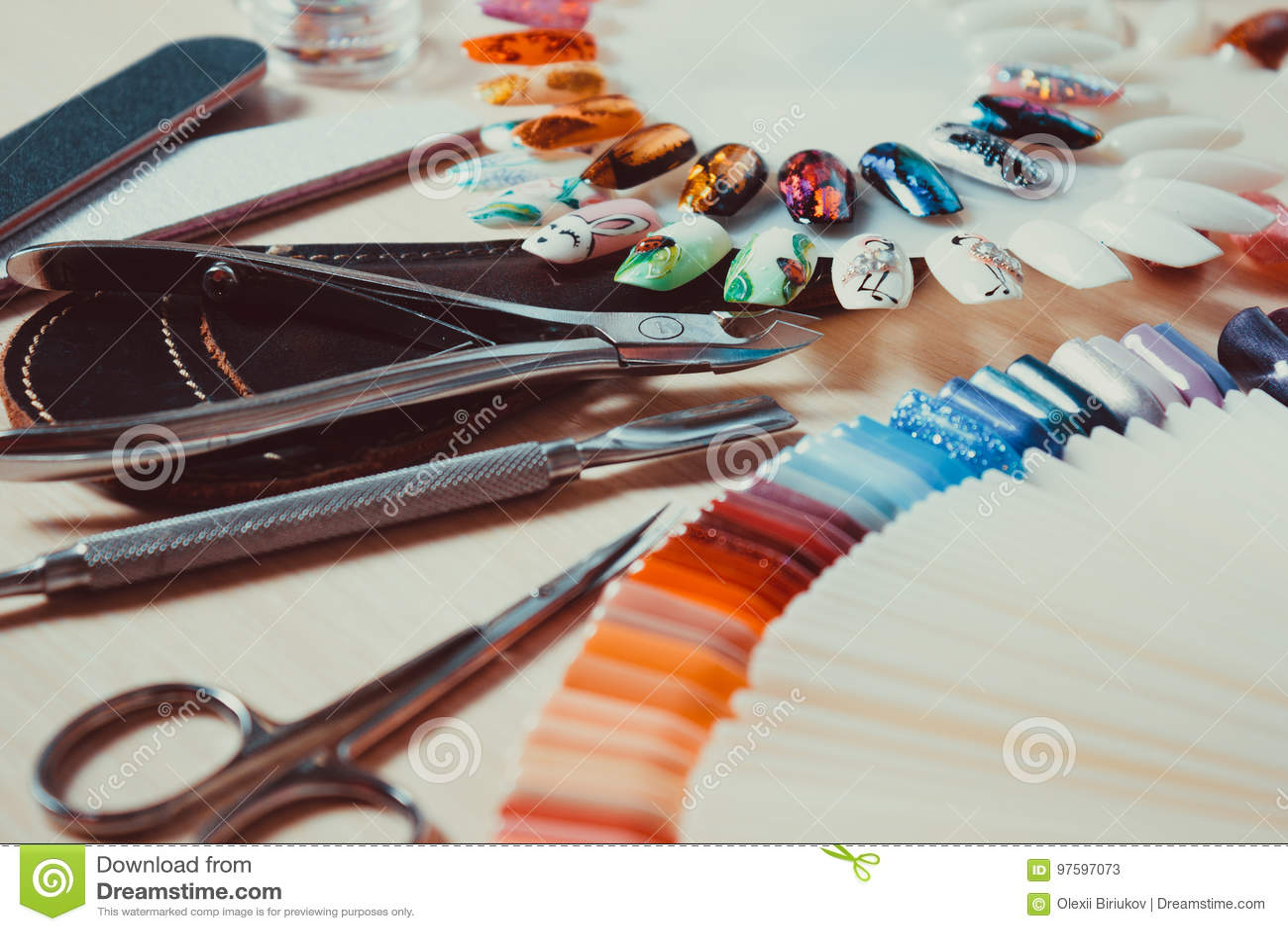 Sticker pour table et bureau mains avec manucure rose tulipe tenue