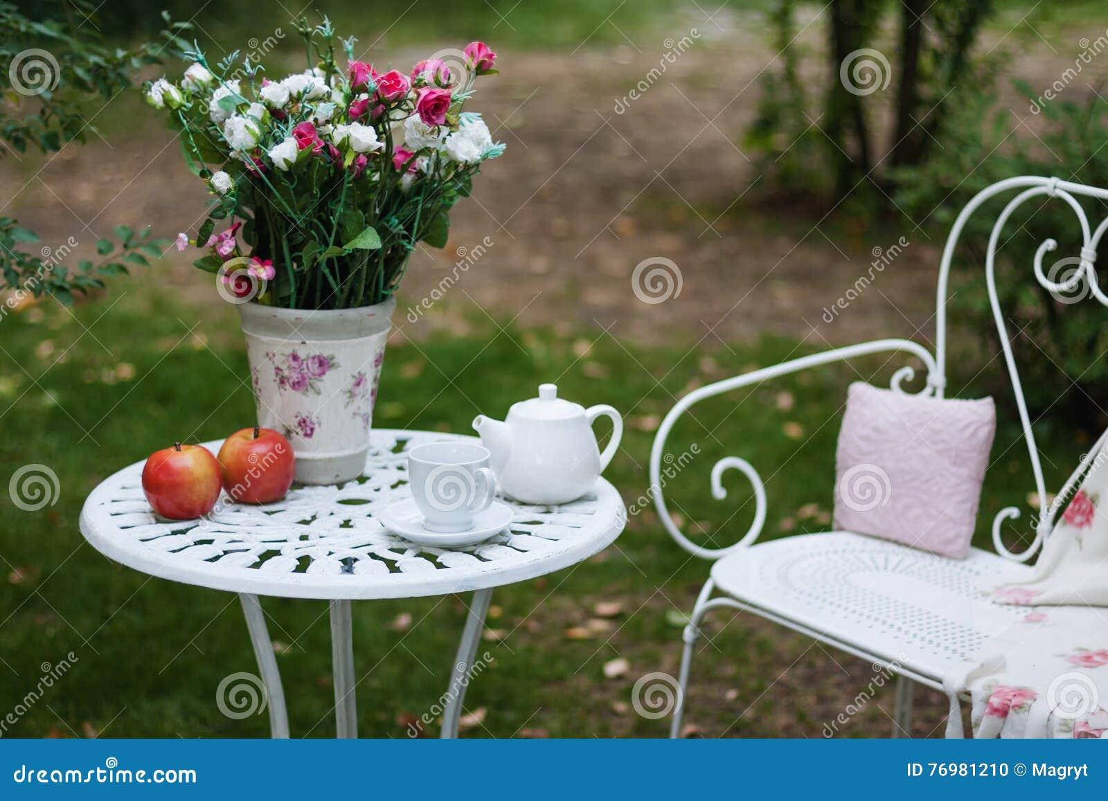 ensemble blanc de porcelaine pour le th ou le caf sur la table dans le jardin au dessus du. Black Bedroom Furniture Sets. Home Design Ideas