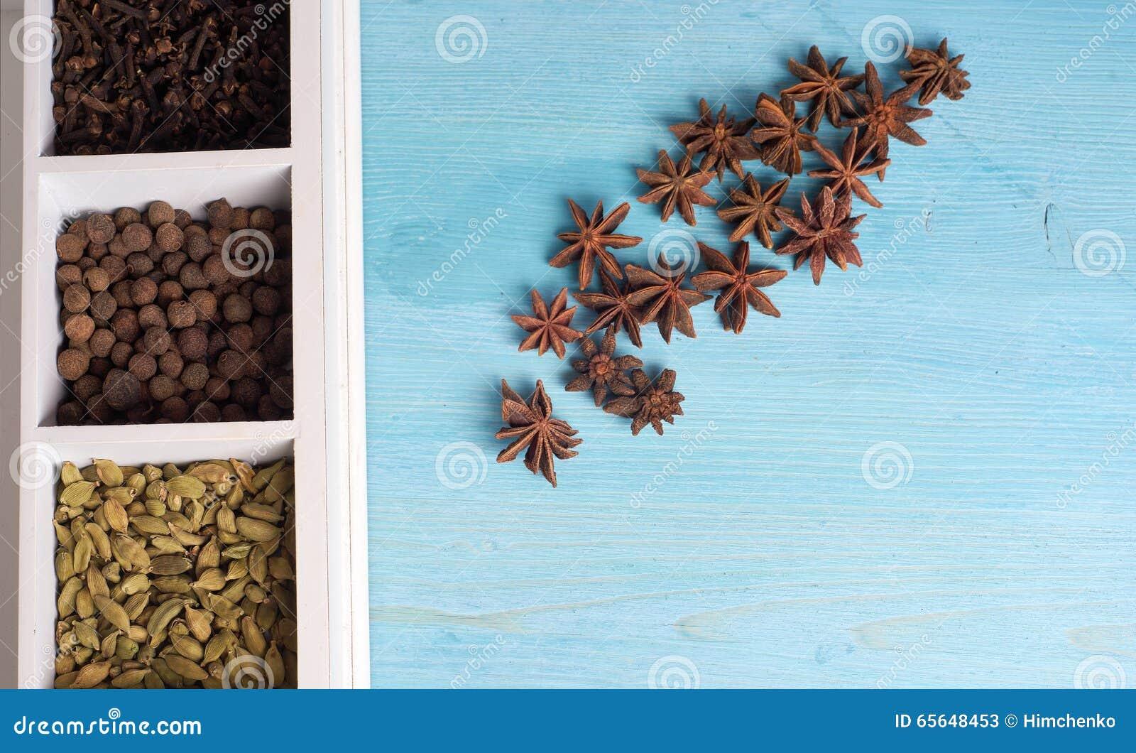 Ensemble d épices dans une boîte en bois