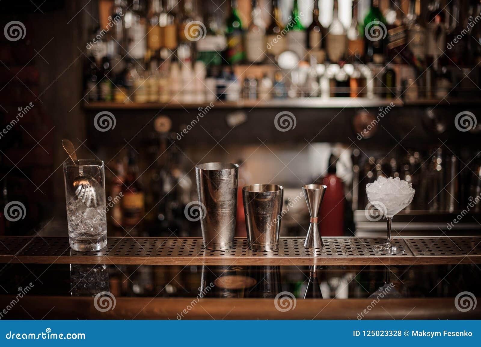 Ensemble d équipement nécessaire de barman sur le compteur de barre