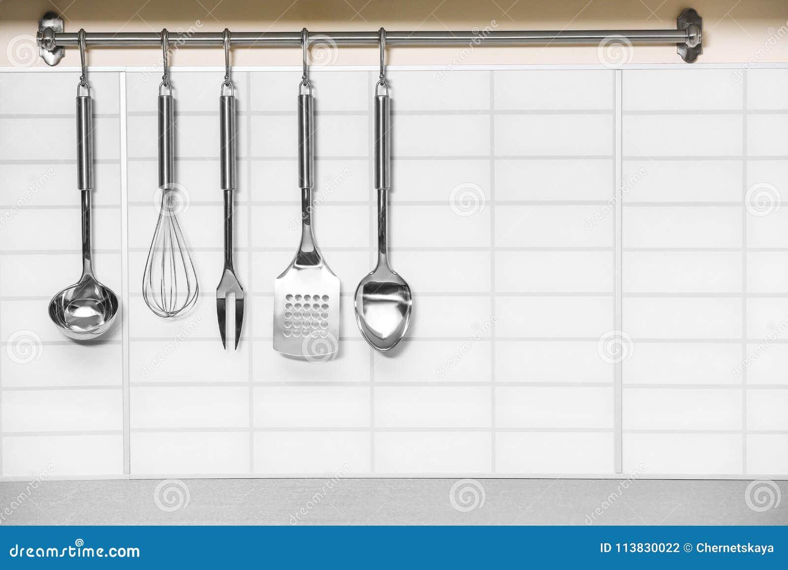 ensemble d'accrocher d'ustensiles de cuisine en métal photo stock