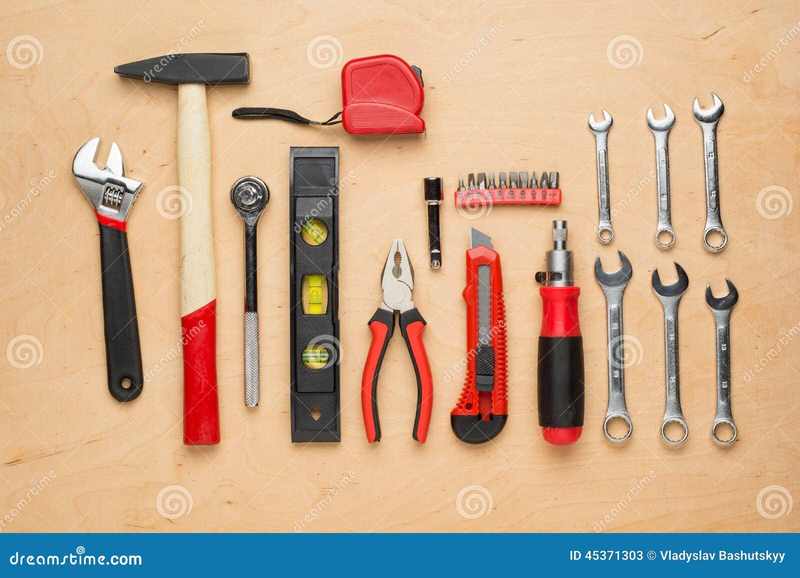 ensemble d 39 outils de bricolage sur un panneau en bois image stock image 45371303. Black Bedroom Furniture Sets. Home Design Ideas