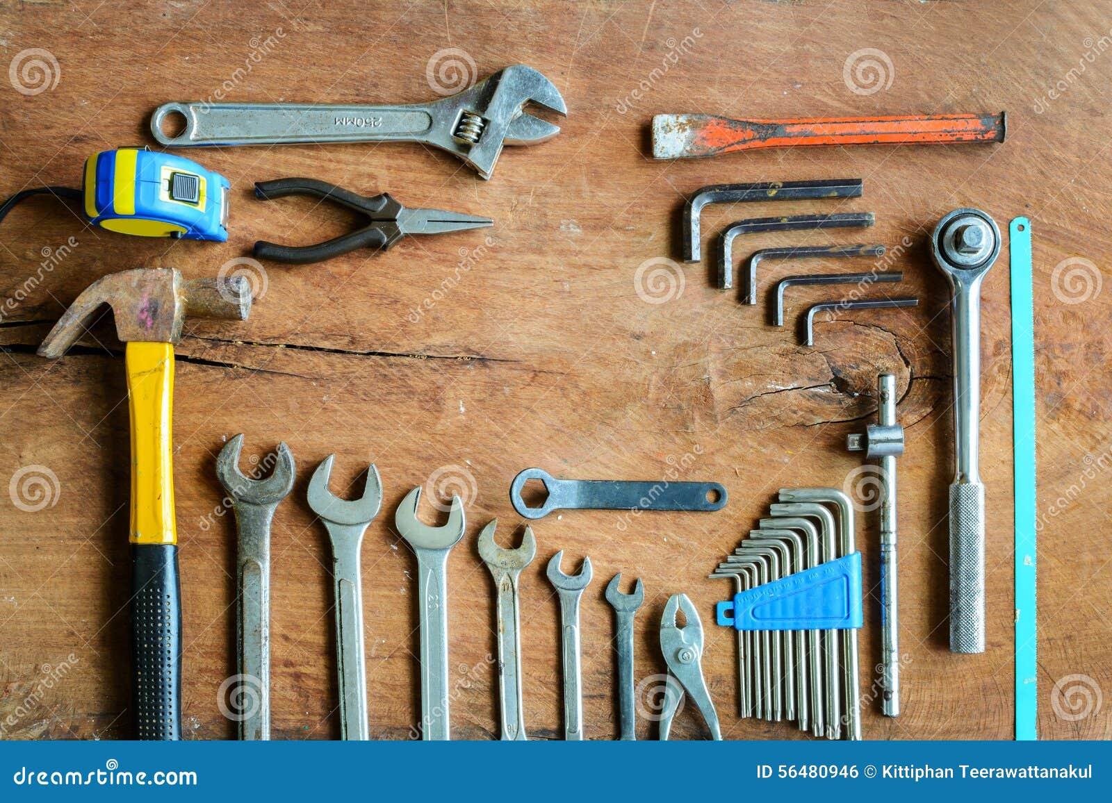 Ensemble d outils de travail sur le vieux fond en bois grunge