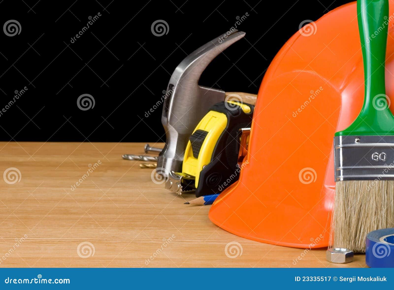 ensemble d 39 outils sur le bois image stock image du isolement instruments 23335517. Black Bedroom Furniture Sets. Home Design Ideas