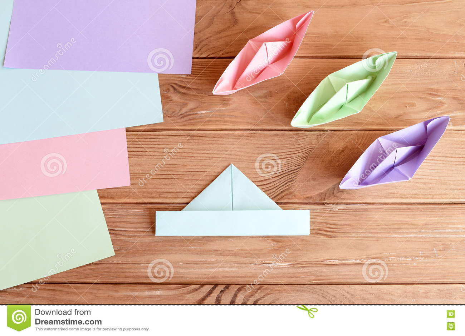 Ensemble De Bateaux D Origami Et De Feuilles Carrees De Papier Colore Sur Une Table En Bois Image Stock Image Du Origami Bois 73423323