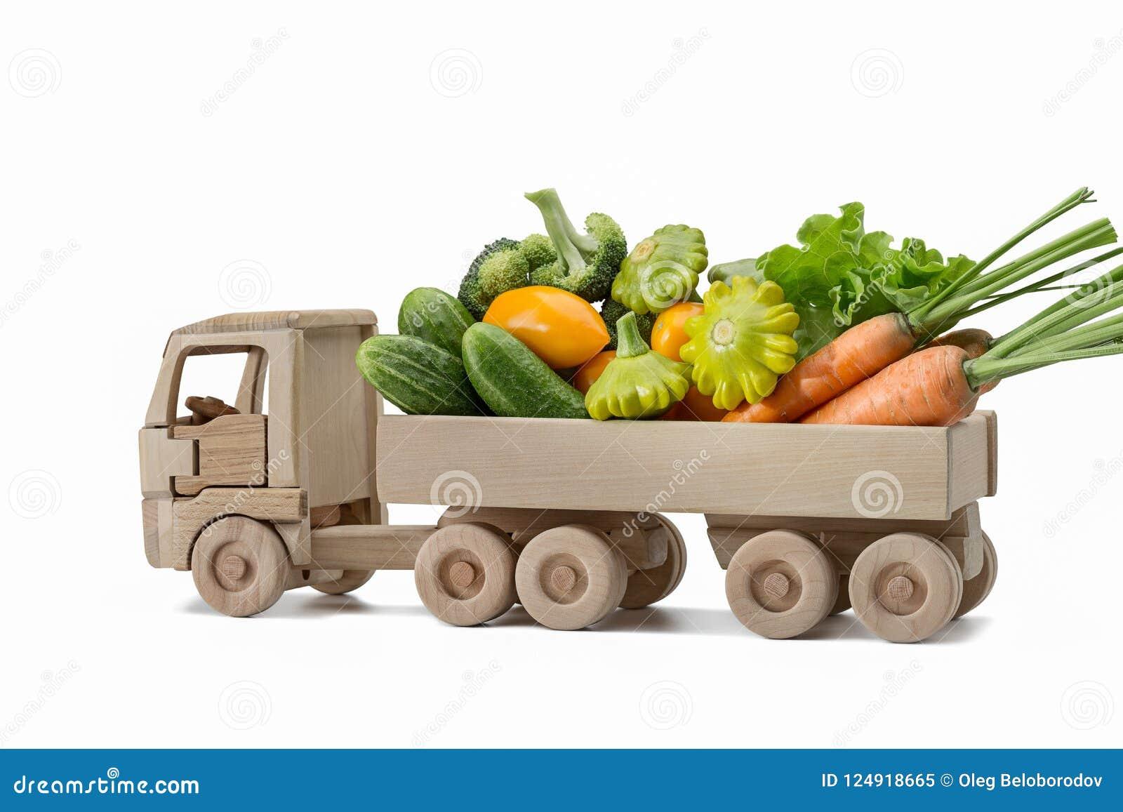 Ensemble de différents légumes frais sur le camion en bois