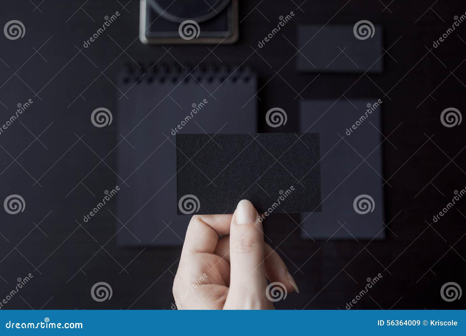 Ensemble de maquettes noires sur le fond foncé, femelle