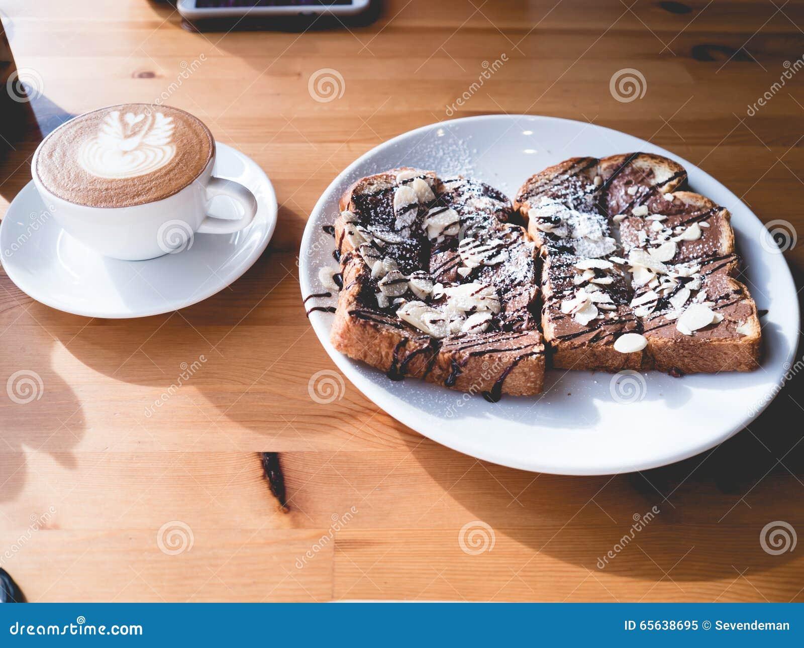 Ensemble de pain grillé et de café de chocolat