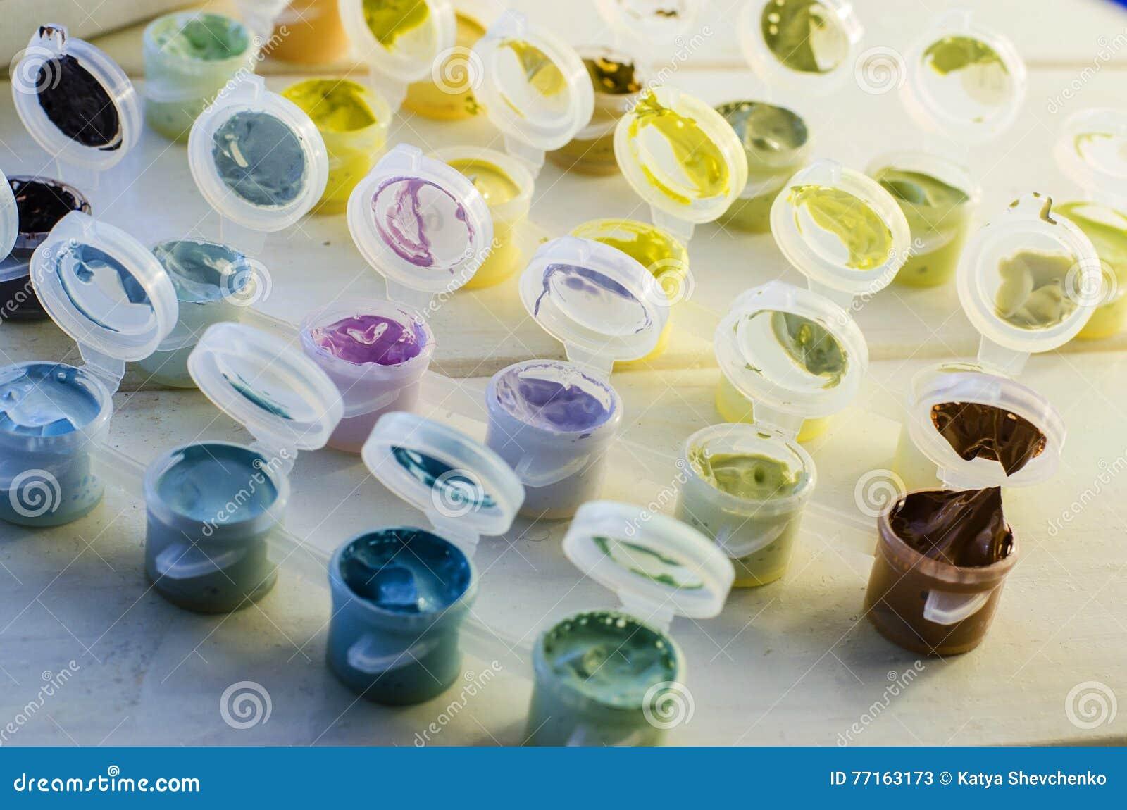 Ensemble de peintures acryliques colorées