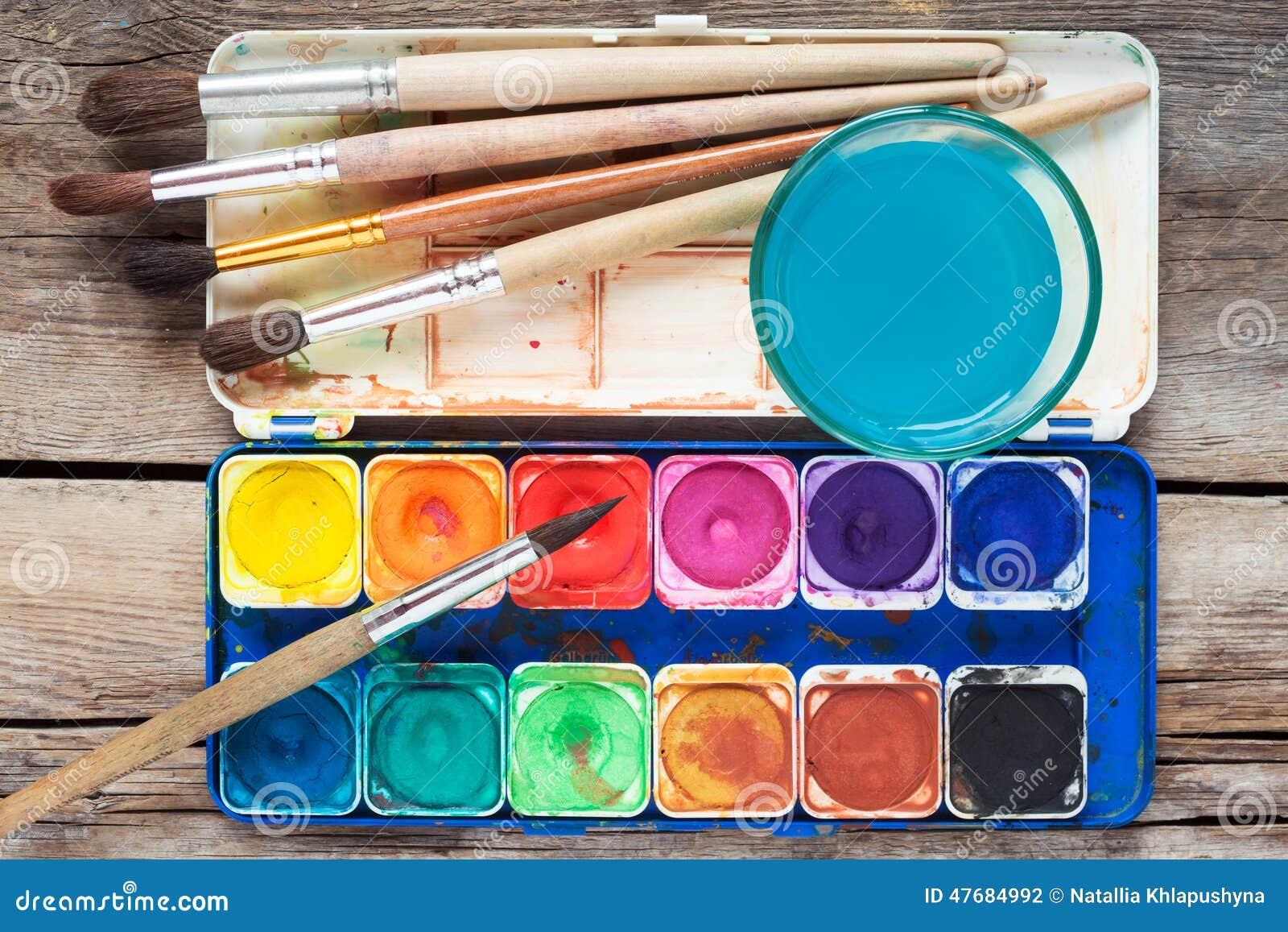 ensemble de peintures d 39 aquarelle brosses d 39 art et verre de l 39 eau sur vieux photo stock image. Black Bedroom Furniture Sets. Home Design Ideas