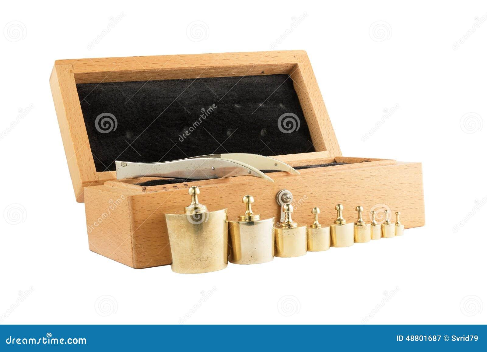 ensemble de petits poids pour peser dans une bo te en bois image stock image du isolement. Black Bedroom Furniture Sets. Home Design Ideas