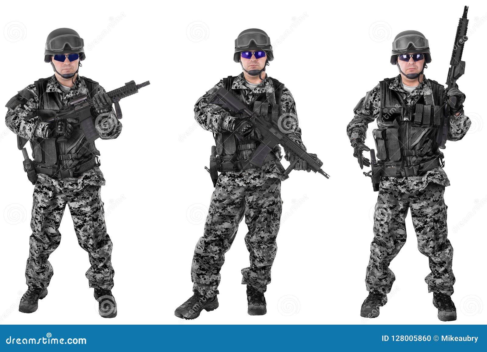 Ensemble de soldats militaires dans le camouflage noir, d isolement sur le blanc