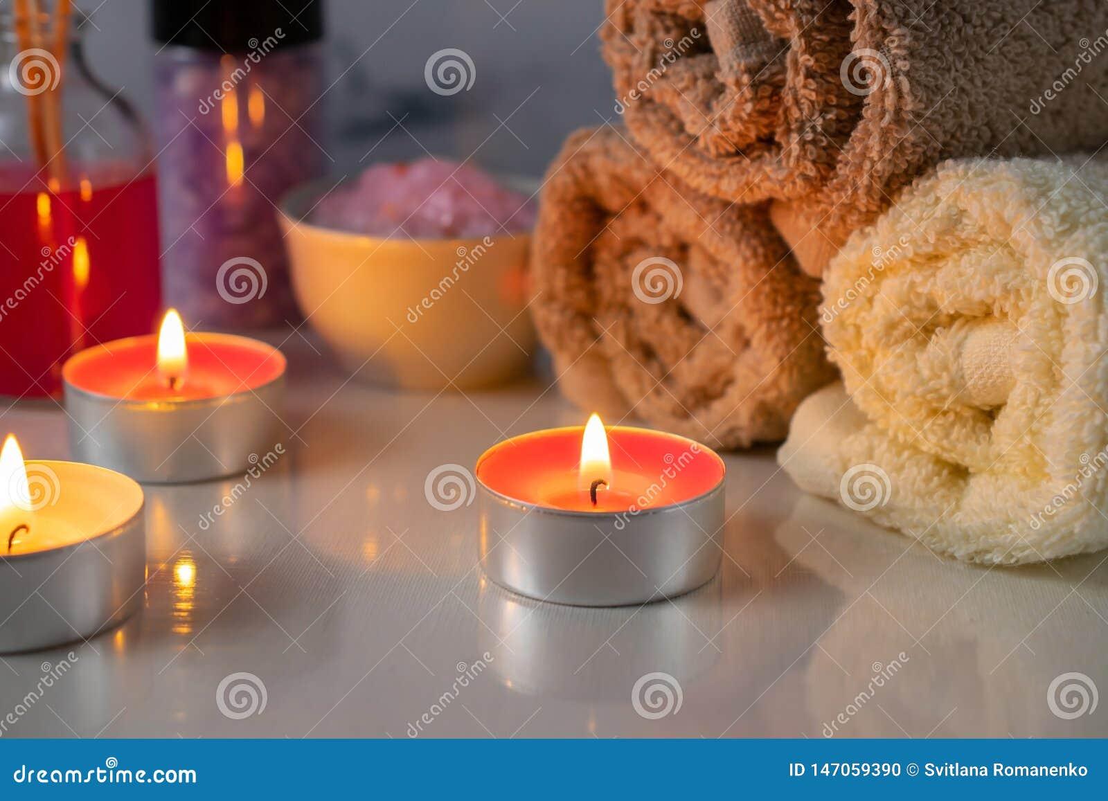 Ensemble de traitement de station thermale avec du sel, les bougies, les serviettes et le p?trole parfum?s d arome