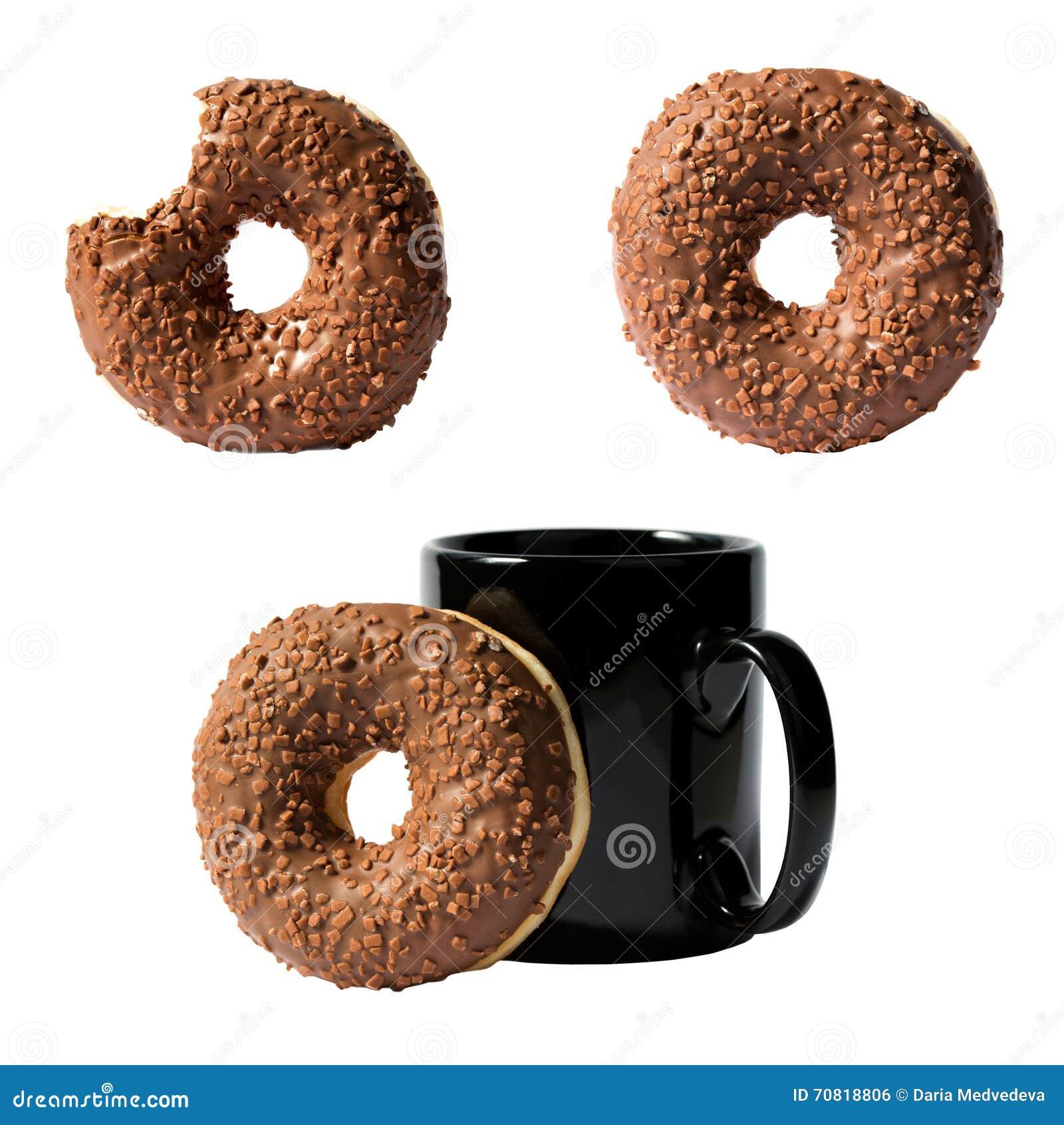 Ensemble de trois compositions de beignet de chocolat et de tasse de café d isolement sur le fond blanc