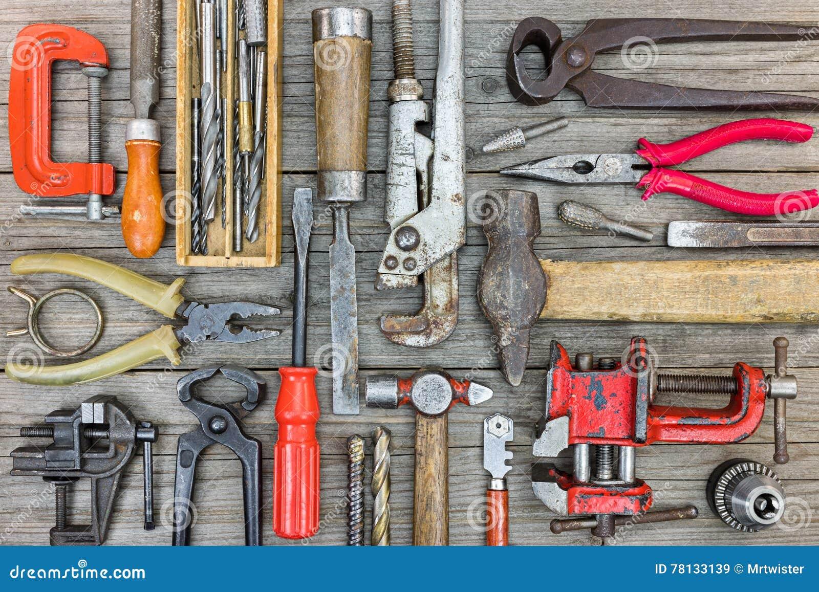 7efb38a6b937c Ensemble de vieux outils et matériel rouillés pour le travail manuel sur le  bois gris