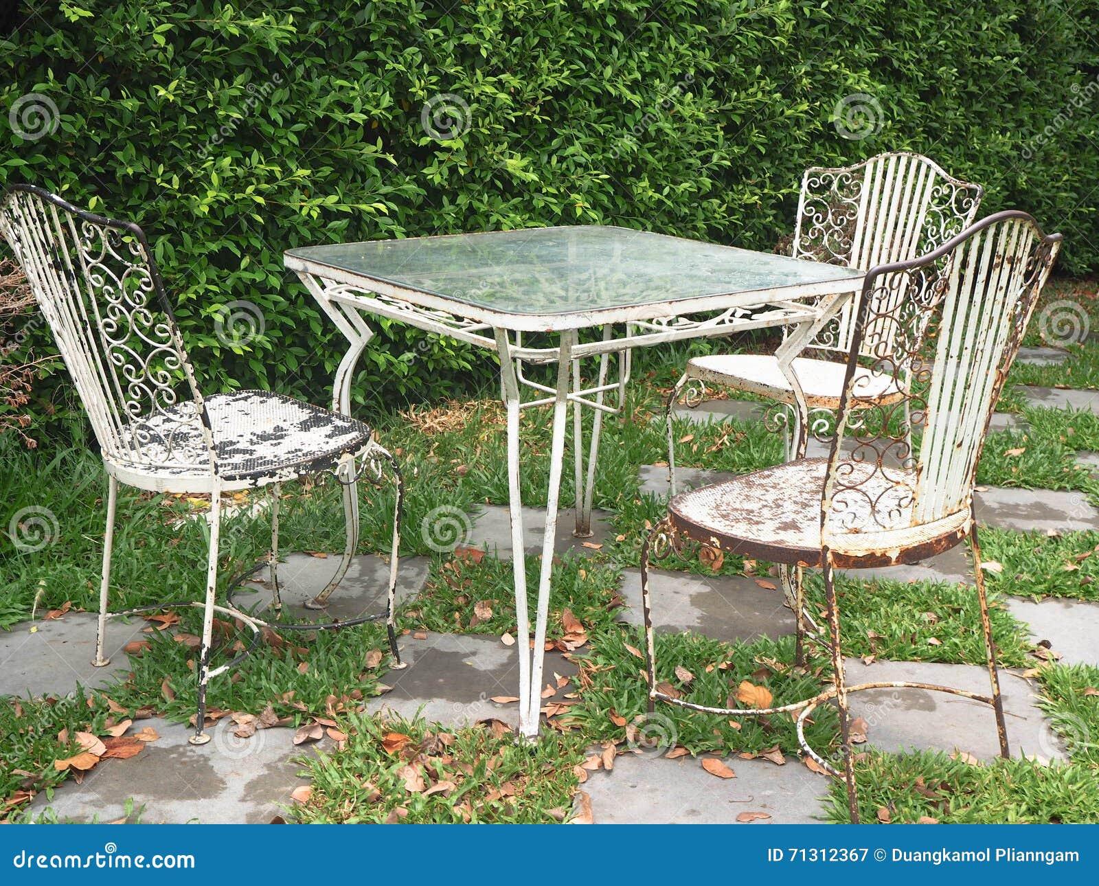 Ensemble De Vintage De Table Et De Chaises Dans Le Jardin ...
