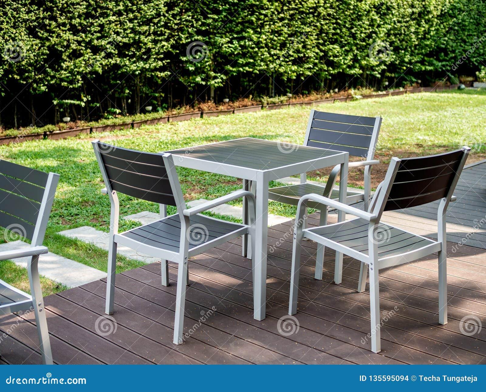 Ensemble En Bois Moderne De Table De Salle à Manger Dans Le Jardin ...