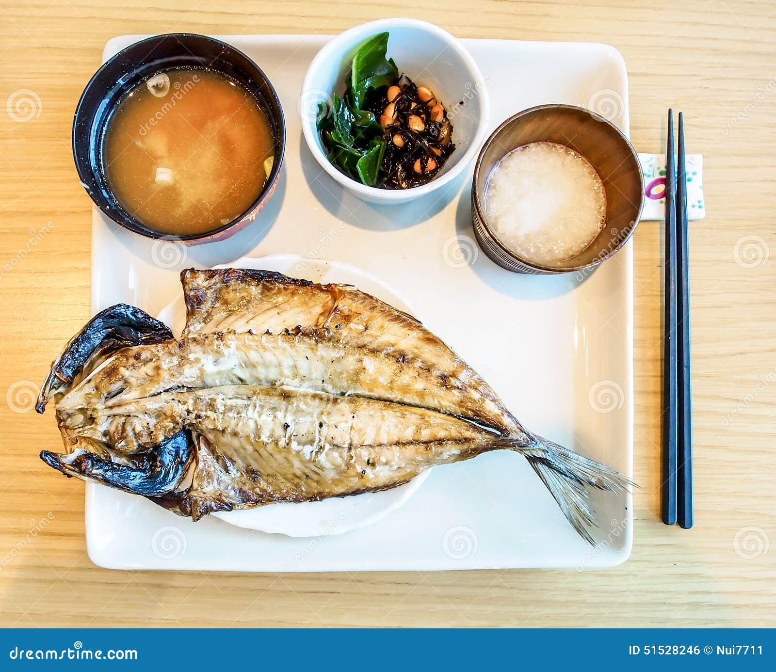 Ensemble japonais de repas poisson de r ti avec la soupe for Poisson japonais nourriture