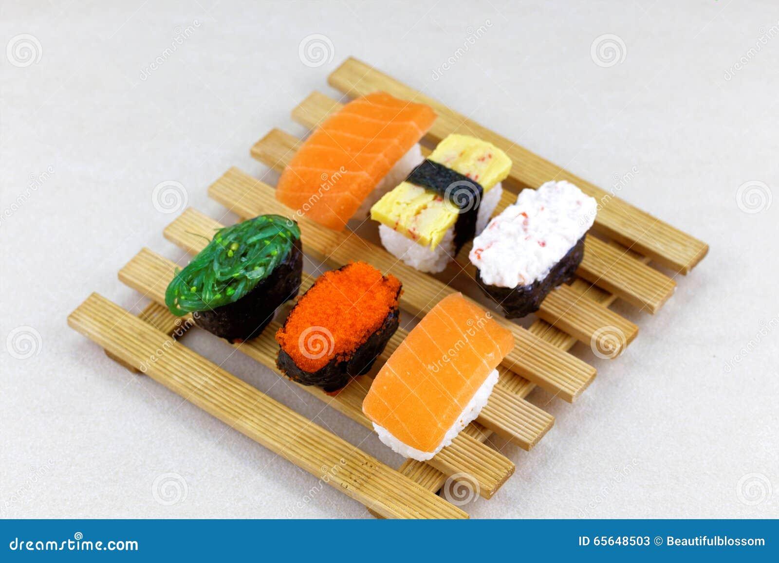 Ensemble japonais de sushi de fruits de mer