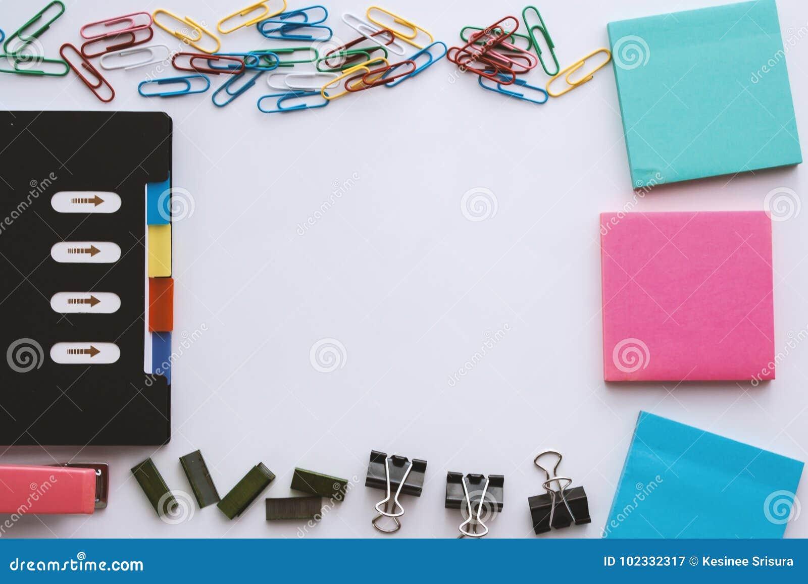 Ensemble stationnaire de bureau comprenant le trombone de carnet et, le bloc-notes collant, l agrafe de reliure, les agrafes et l