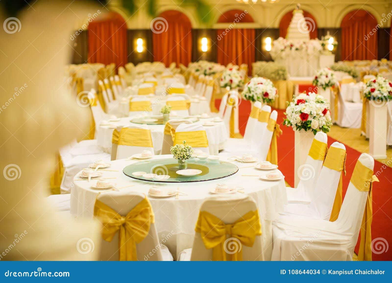 Ensembles de table de mariage dans le hall de mariage épouser décorent la préparation un ensemble de table et un dîner approvisio