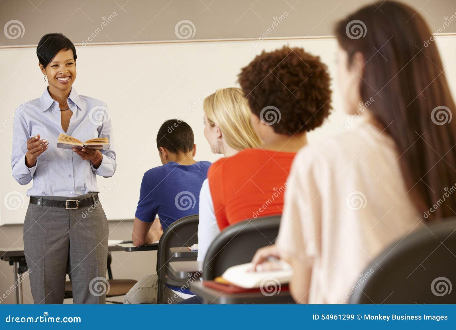 Ensino afro-americano do professor na parte dianteira da classe