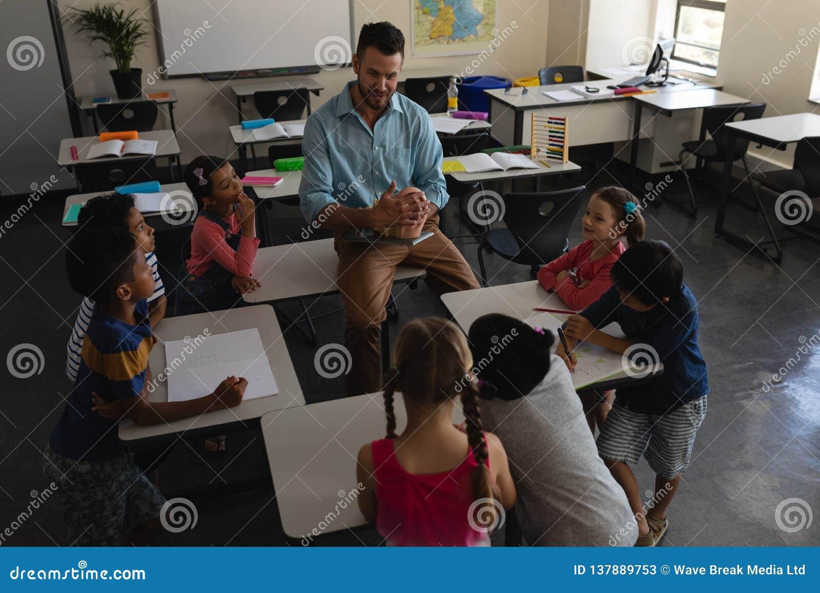 Ensino do professor masculino na sala de aula da escola primária