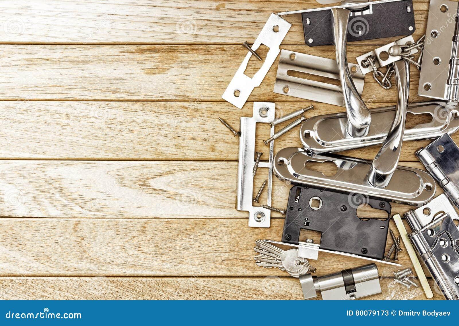 Entalhar um encaixe no fechamento antes de instalar a porta e as ferramentas