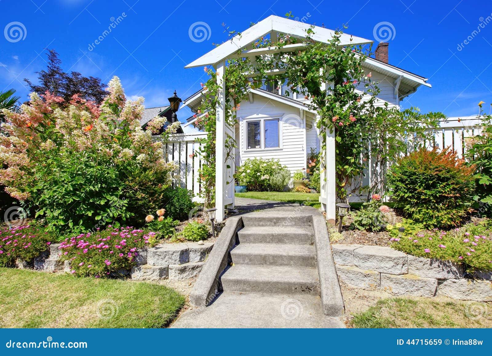 Entance trävalvgång med staketet och rabatt arkivfoto   bild: 44715659