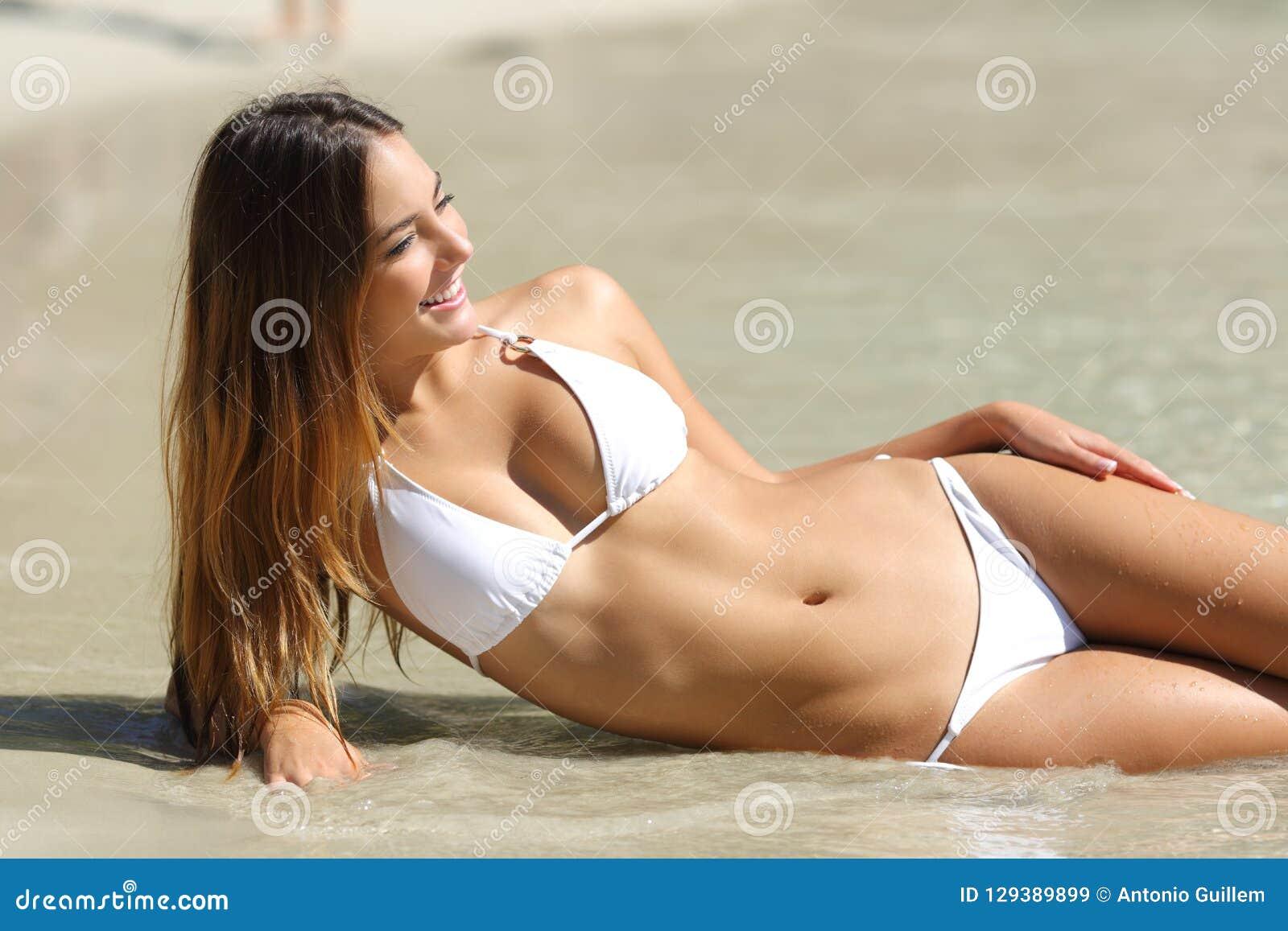 Ente perfetto di una donna in bikini che si trova sulla spiaggia
