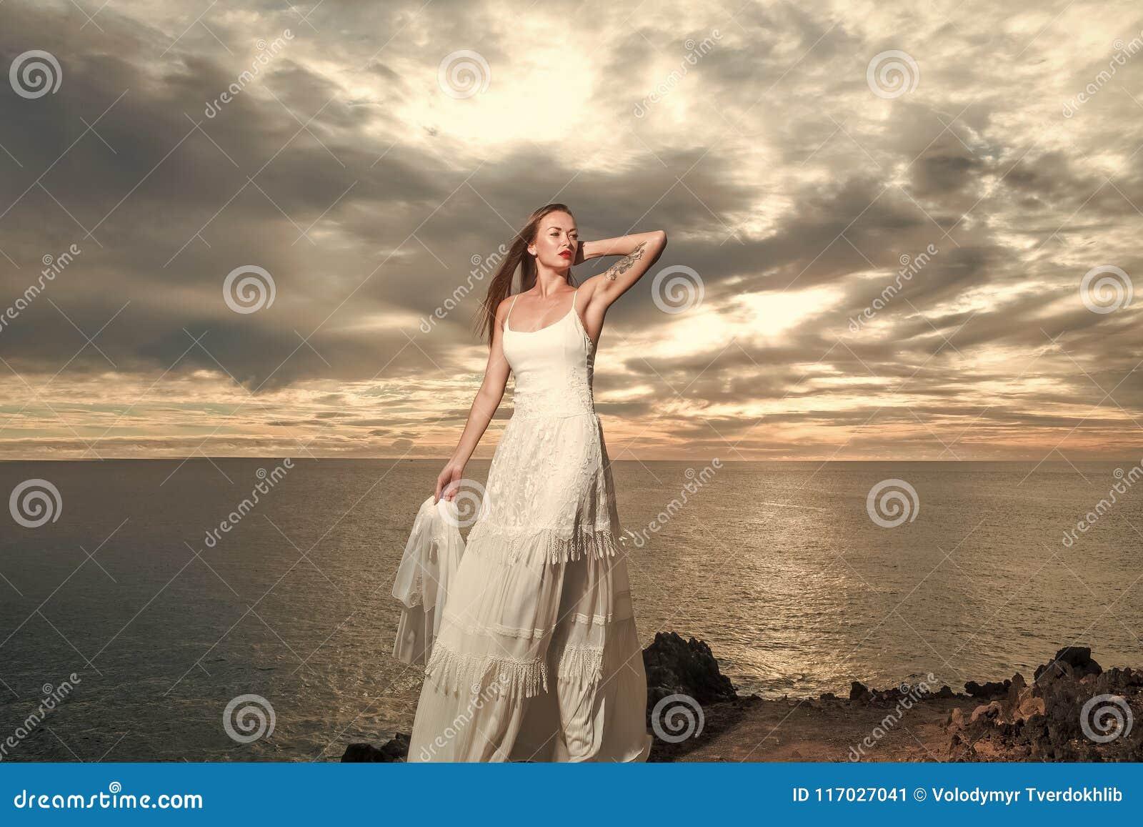 Ente sensuale della donna Sposa graziosa in vestito da sposa sexy bianco con il velo