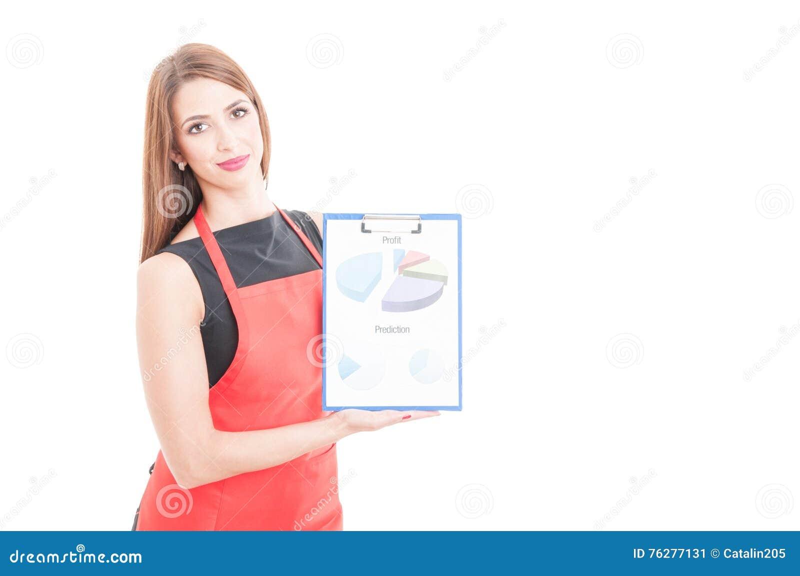 Entepreneur femelle tenant le presse-papiers avec des diagrammes
