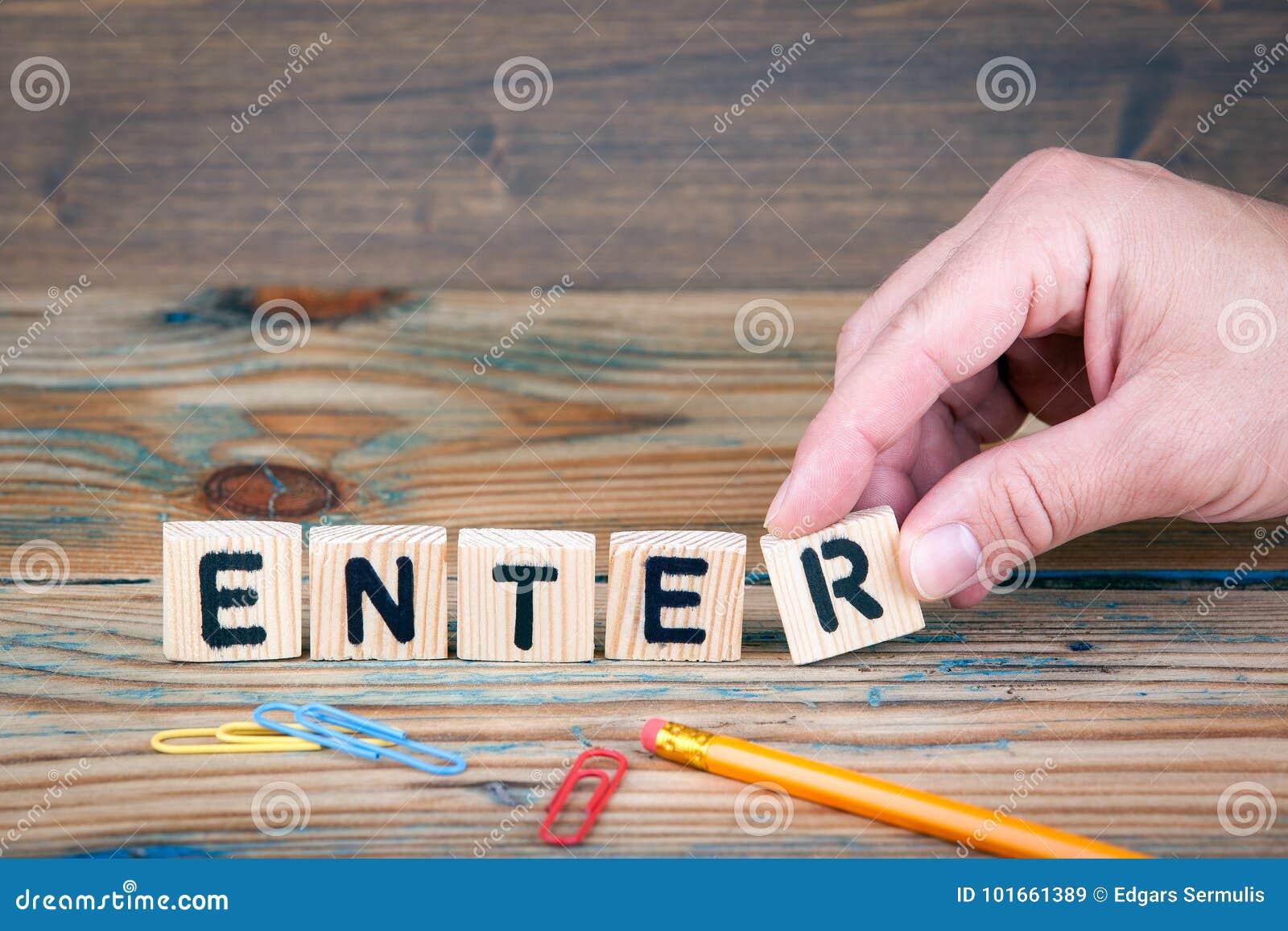 Enter Träbokstäver på kontorsskrivbordet Affärs- och kommunikationsbakgrund