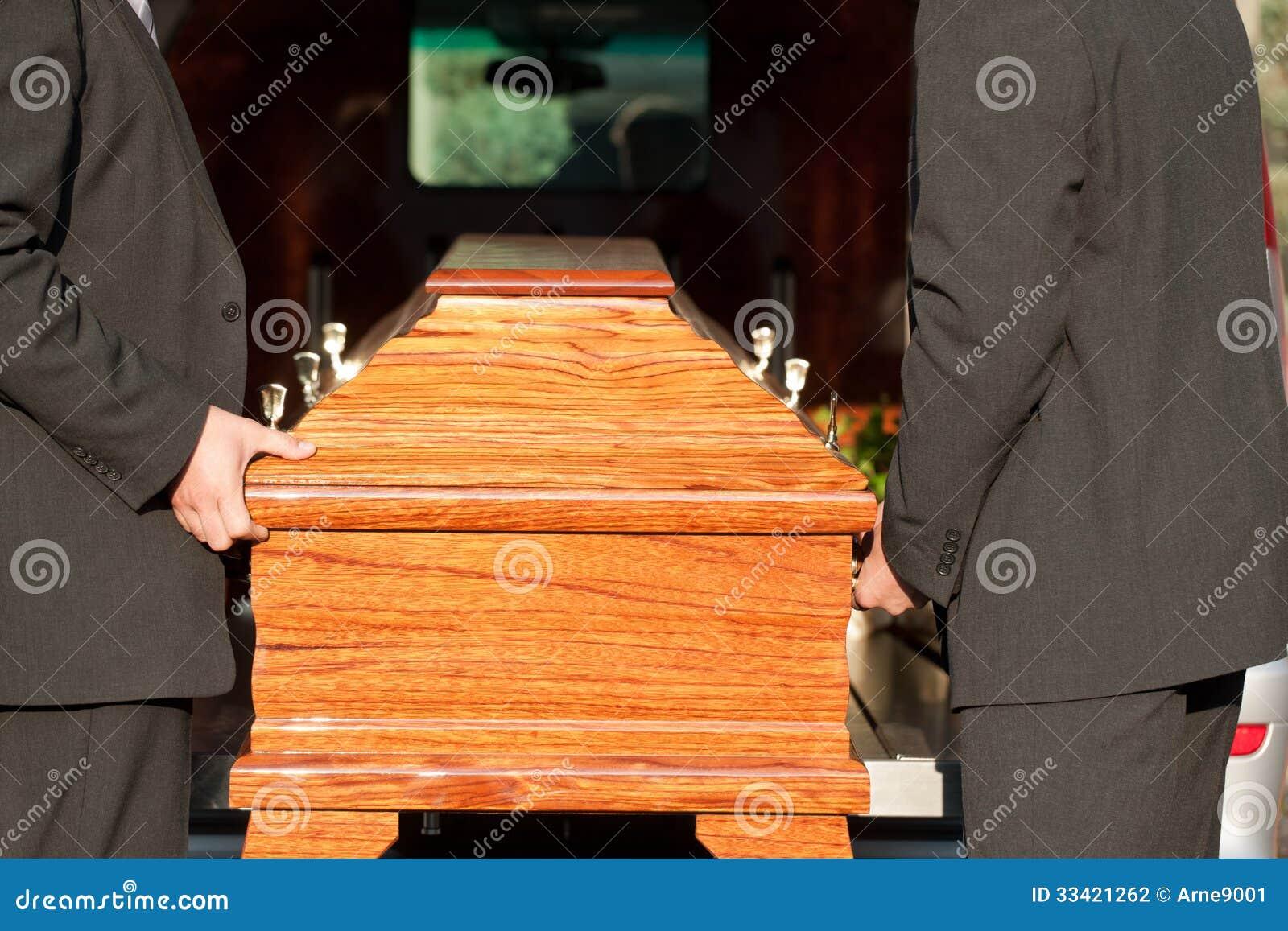 Enterrement Avec Le Cercueil Porté Par Le