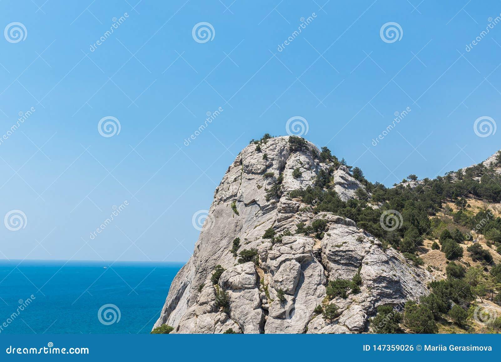 Entfernte Ansicht vom Berg zum blauen Meer