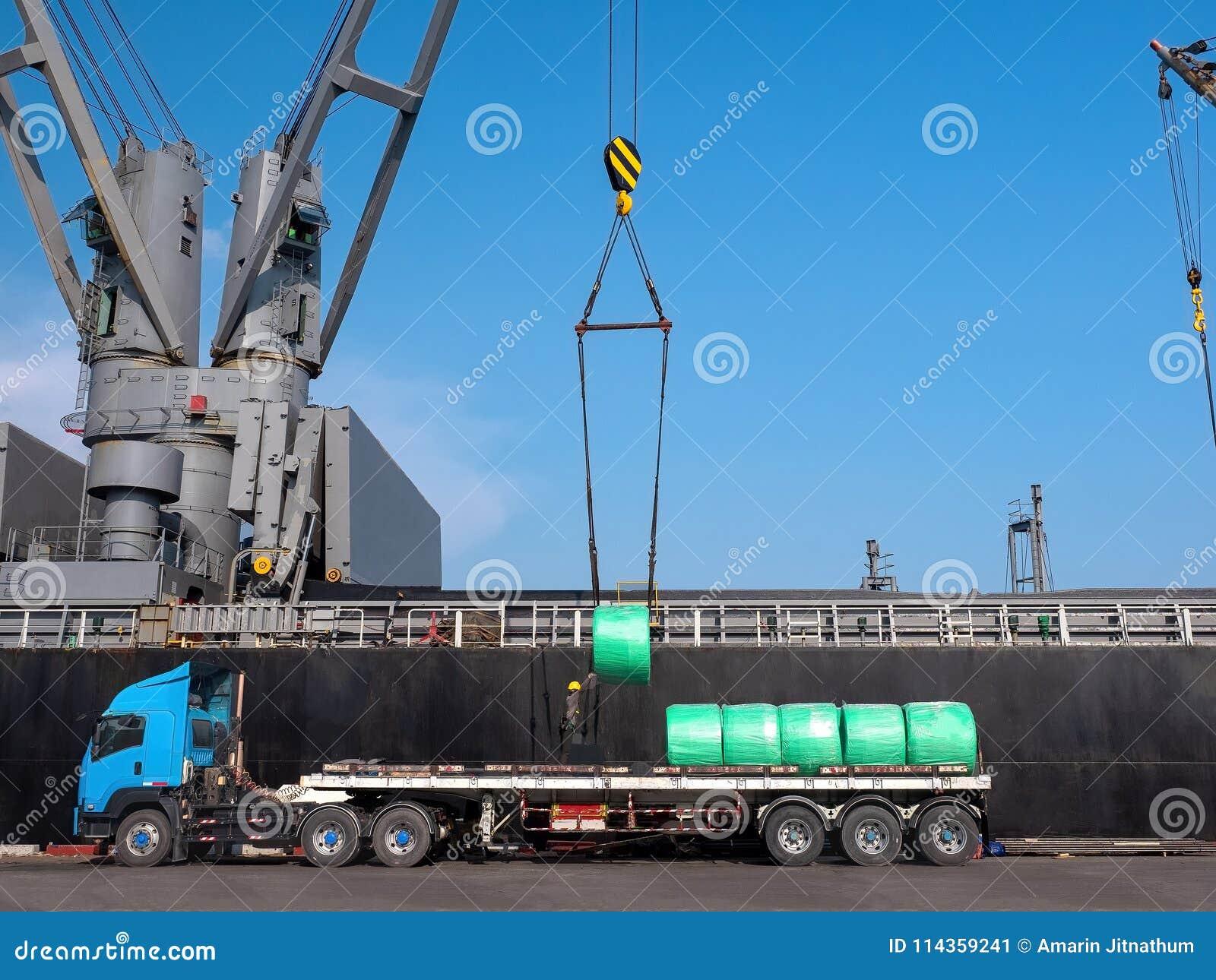 Entladung von Stahlerzeugnissen durch Schiffskran
