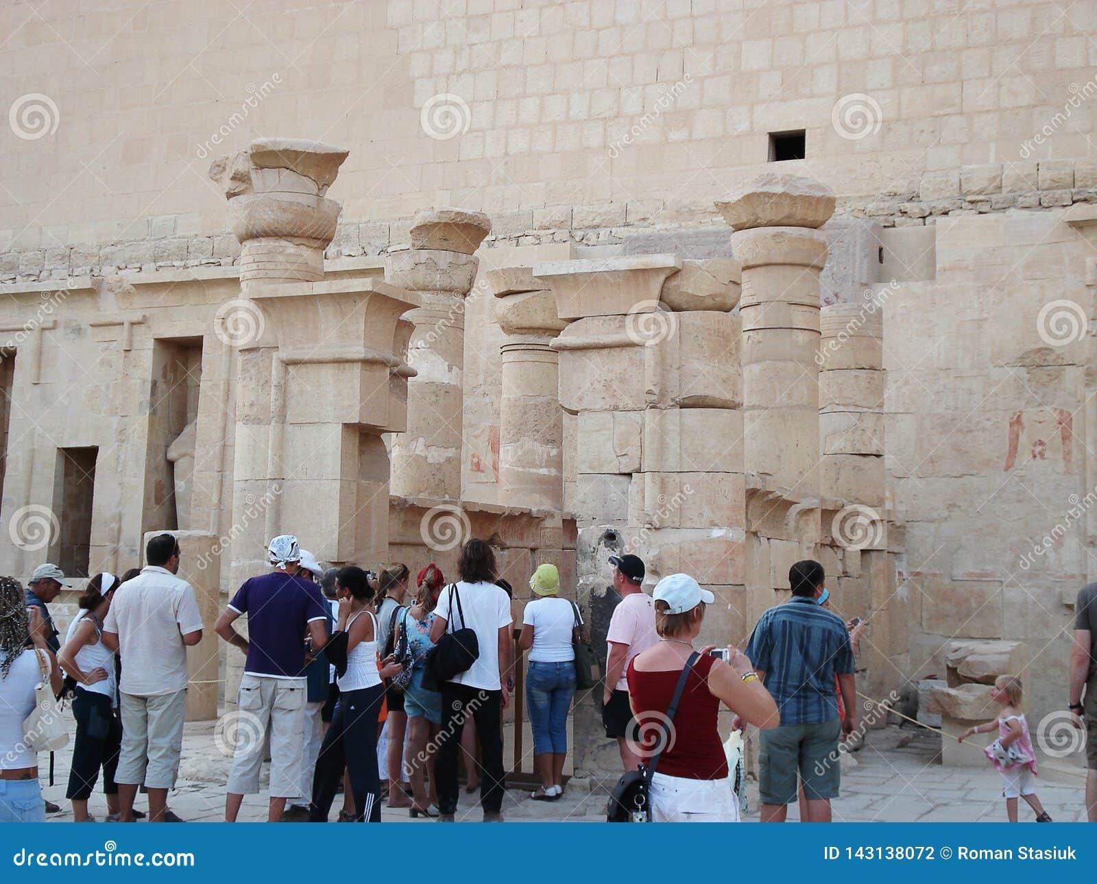 Entlastungen auf den Wänden Egypt Ruinen von Ägypten Alte Spalten touristen