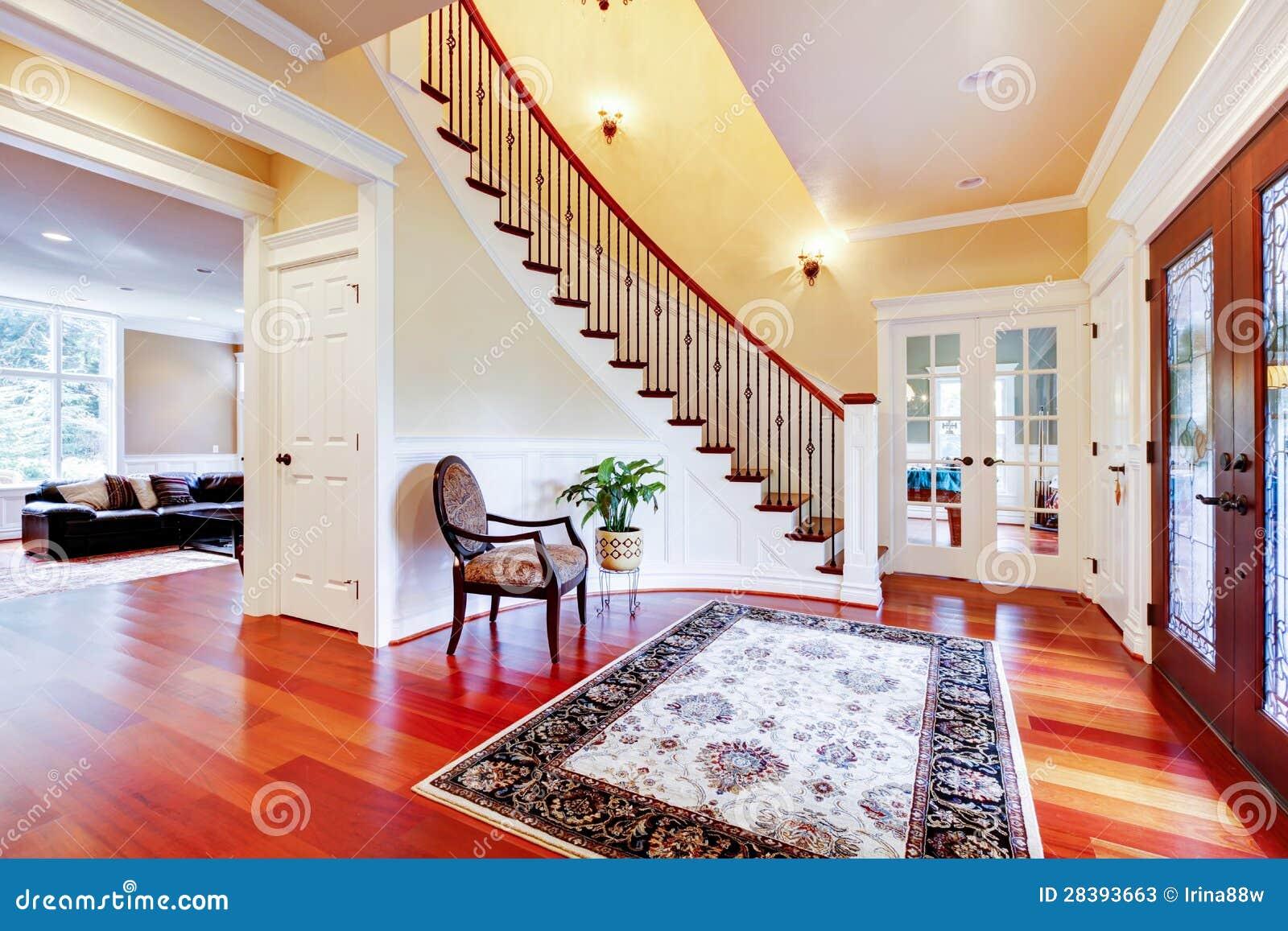 Entr e la maison de luxe avec le plancher en bois dur et - Entree de maison avec escalier ...