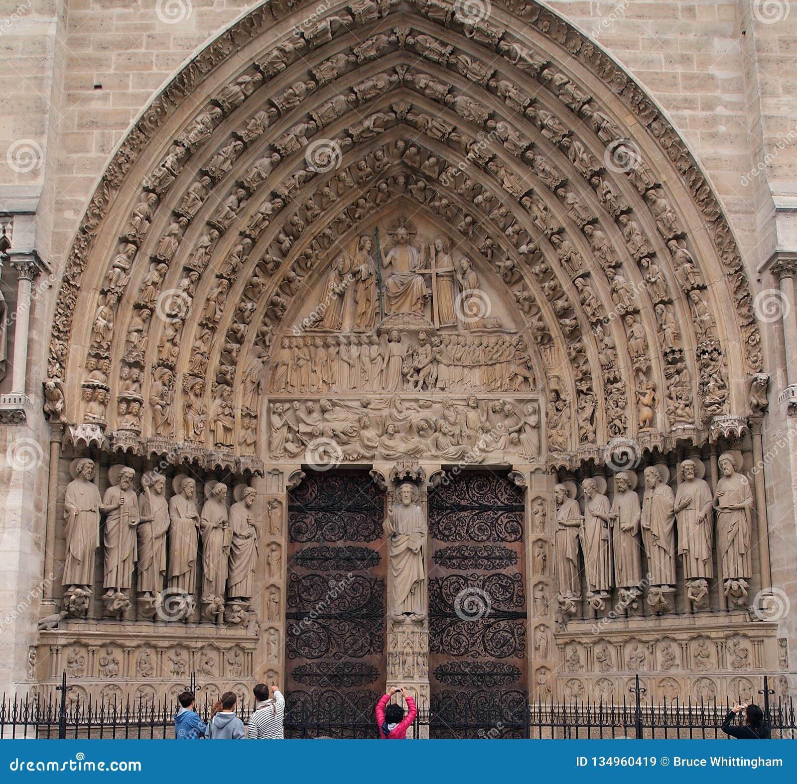 Entrée arquée, cathédrale de Notre Dame, Paris, France