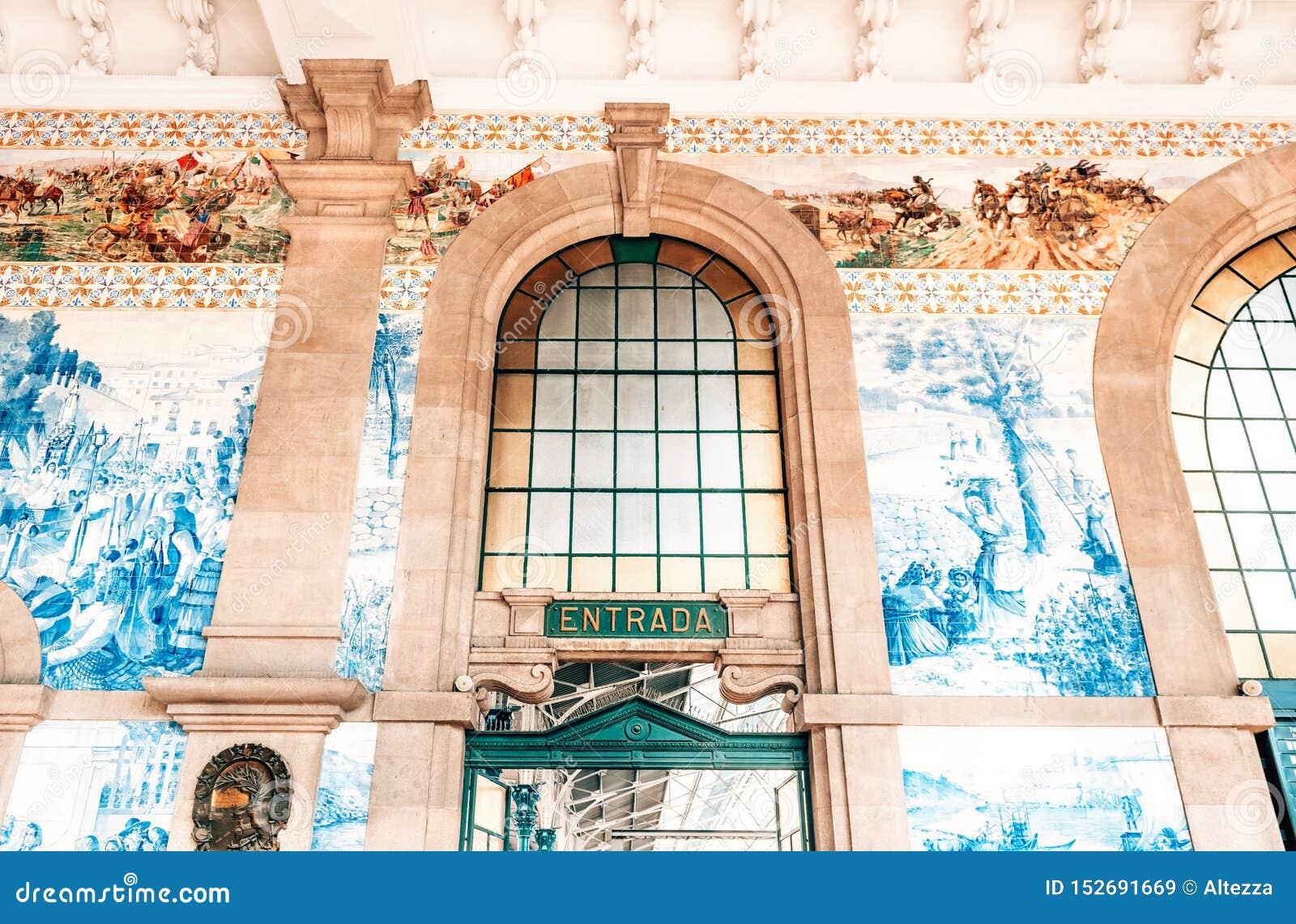 Entrée au hall principal du sao Bento Railway Station à Porto, Portugal