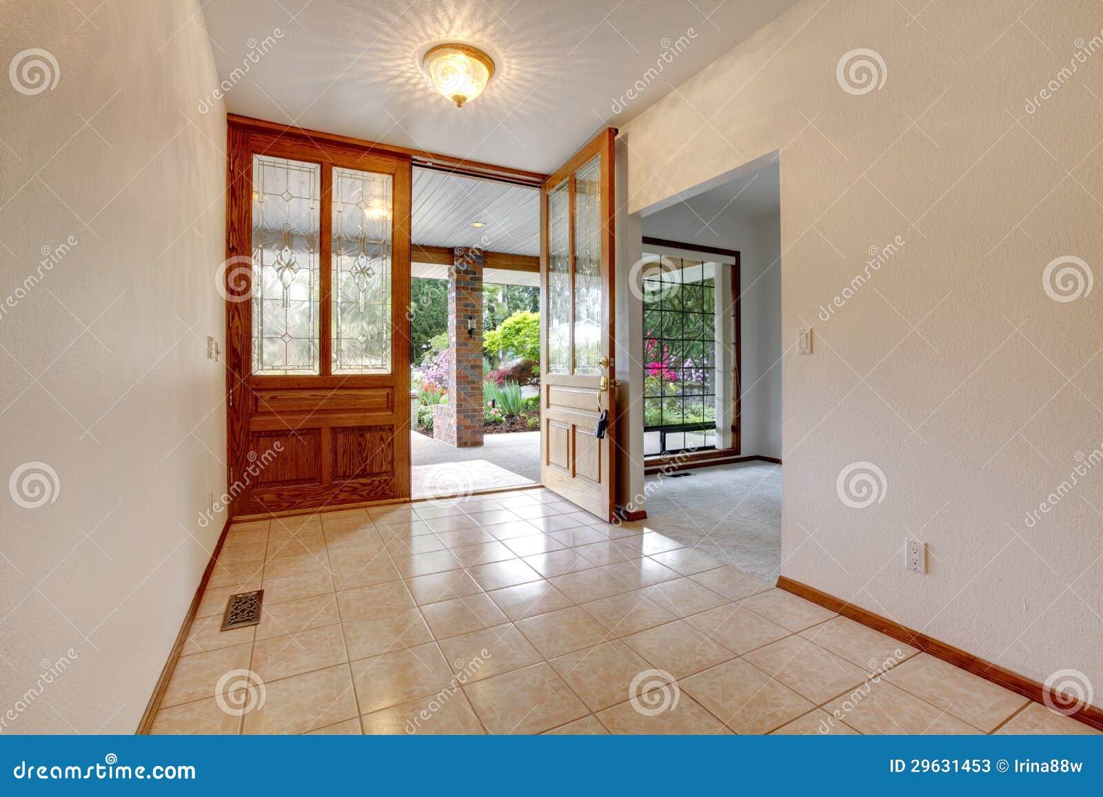 Entr e avant vide avec la porte ouverte int rieur la for Le vide interieur